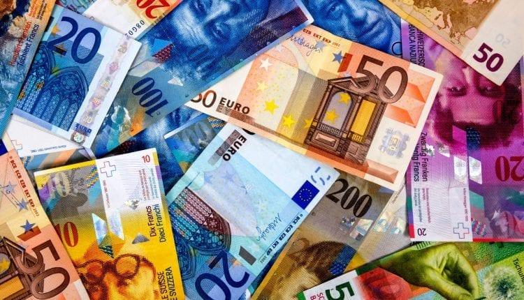 Sur le forex, le franc suisse a une très forte corrélation avec l'euro (EUR), cependant, pendant les crises financières la devise suisse (CHF) est considérée comme une valeur refuge par les traders et cambistes à l'instar du dollar (USD).
